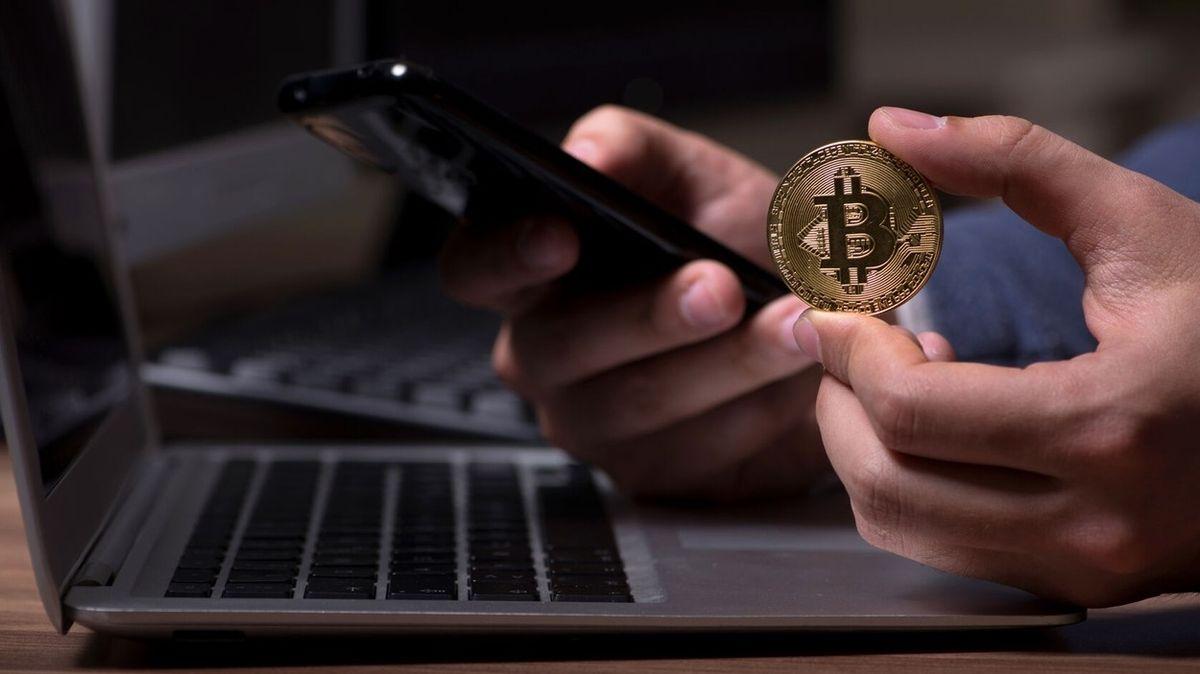 Hlas v telefonu nabízel peníze za bitcoiny. Zvědavého seniora nezastavila ani banka