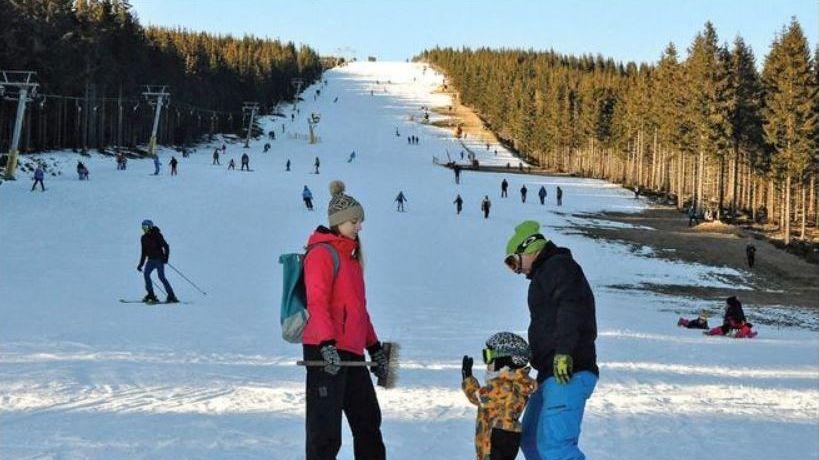 Zavřené hotely lyžaře neodradily. Někteří přijeli s obytnými vozy