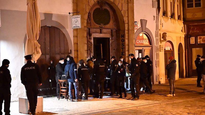 Těžkooděnci v centru Prahy zarazili nelegální párty, na které se bavily desítky lidí