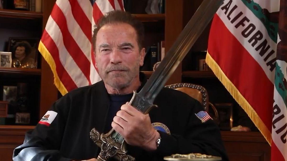 Nejhorší prezident, řekl o Trumpovi Schwarzenegger s mečem Barbara Conana v ruce