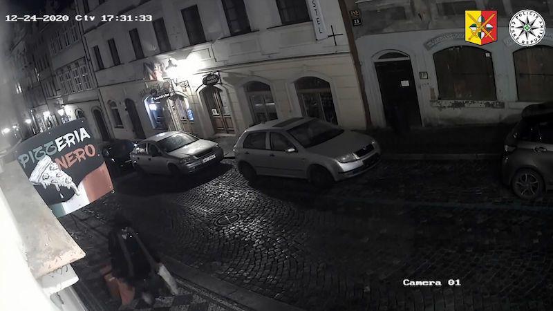 Tady máte bombu, řekl muž. Postavil kufr u vojáka na Pražském hradě a utekl