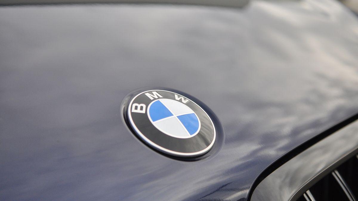 Je tohle BMW X8? Obrovský maskovaný prototyp natočen při testování