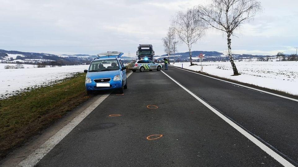 Muž vyměňoval u auta kolo. Řidič ho srazil a ujel, později se sám přihlásil