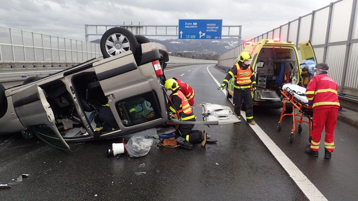 V Třinci se srazila dvě osobní auta, pět zraněných