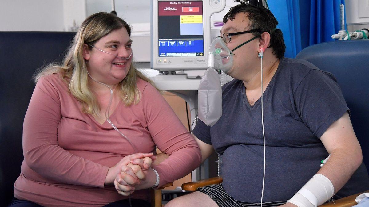 Snoubenci s covidem se stihli vzít dřív, než jeden skončil na plicním ventilátoru