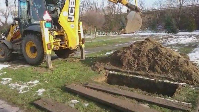Na Slovensku chtěli zasypat hrob bagrem. Příbuzní po pohřbu koukali, jak se blíží
