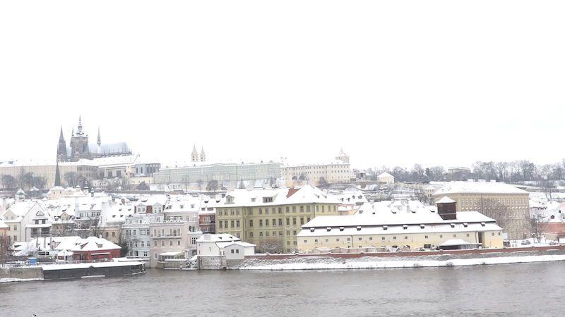 Sníh zasypal Prahu, na Karlově mostě se objevili běžkaři
