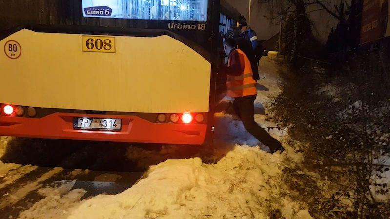 Česko zasypal sníh. Zapadají v něm auta, vlaky mají obrovská zpoždění