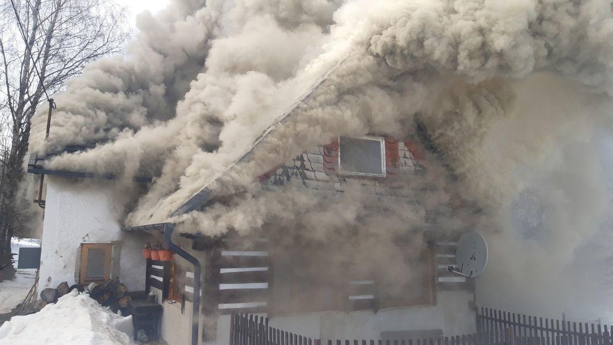 Na Jablonecku vyhořela roubená chalupa, ulicemi se valil hustý kouř