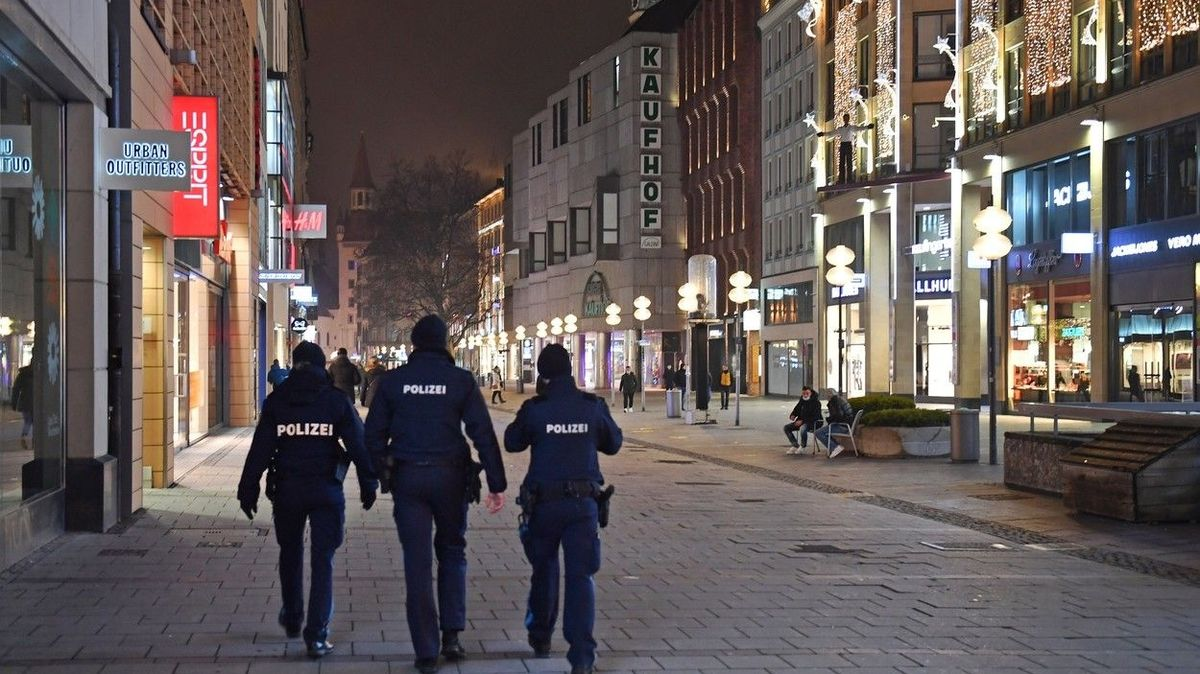 Teenager bez roušky v Mnichově zmlátil čtyři policisty