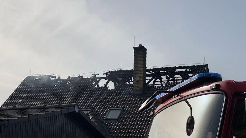 Plameny zasáhly rodinný dům u Prahy, škoda je čtyři miliony