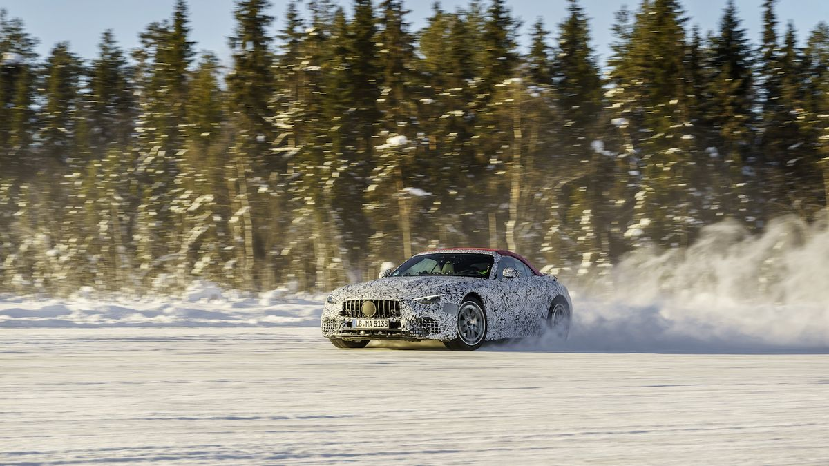 Nový Mercedes SL se blíží, tradiční roadster se ukazuje při testování na sněhu