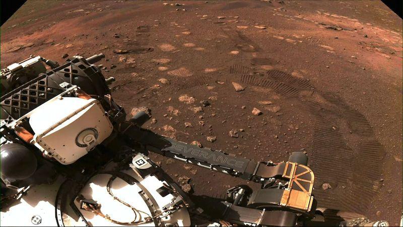 Průzkumník Perseverance urazil na Marsu první metry