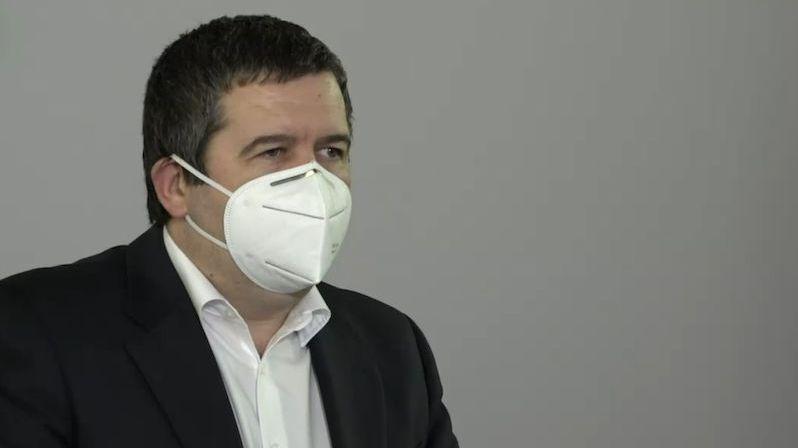 Nemám důvod rezignovat, řekl Hamáček. Podal trestní oznámení na novináře