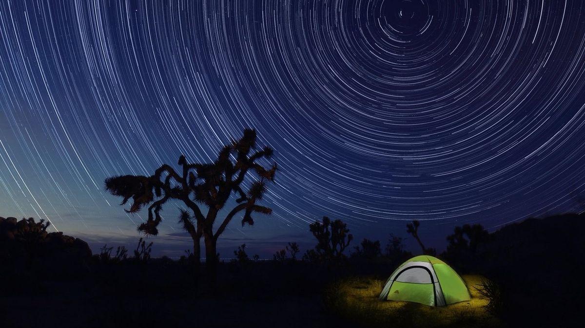 Strop z tisíce hvězd? Kalifornský národní park nabízí stylové přespání