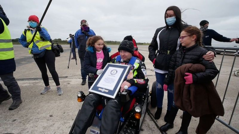 Jeho tělo se nehýbe, má ale nejrychlejší elektrický vozík na světě