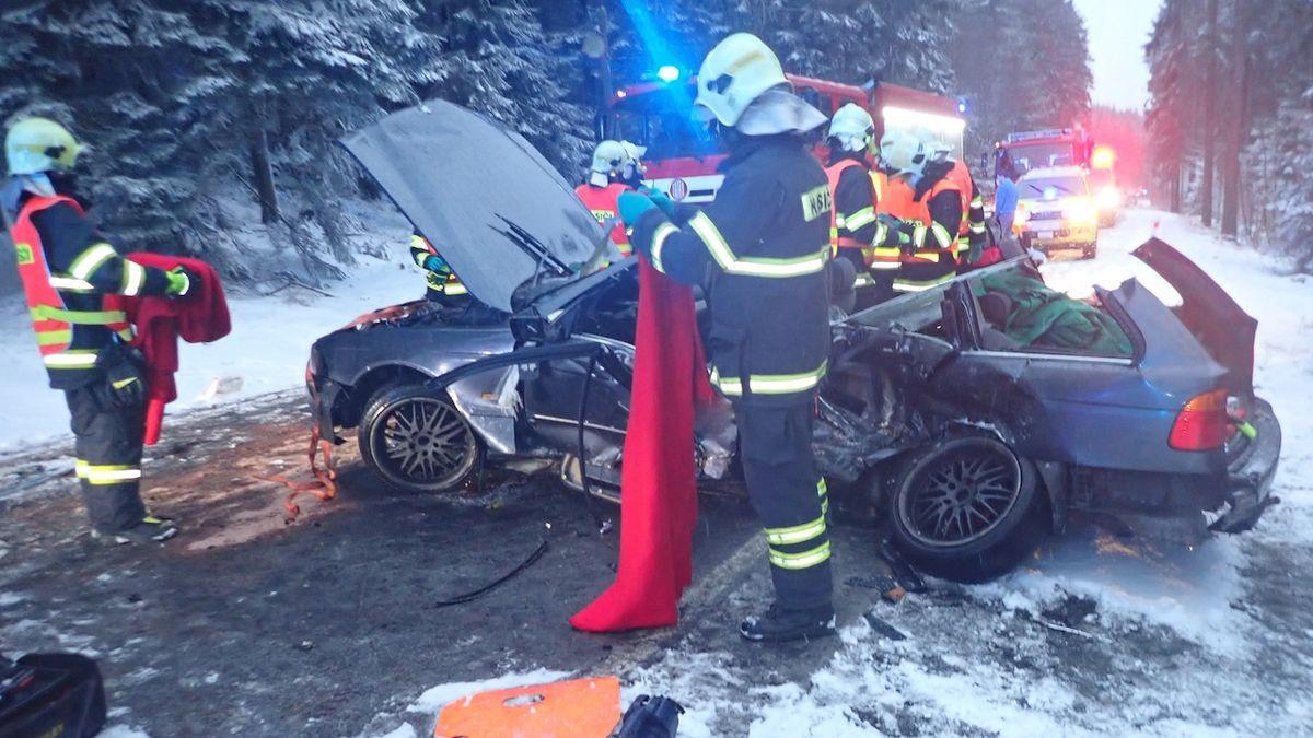 BMW se u Jablonce nad Nisou srazilo s dodávkou, jeden člověk zemřel