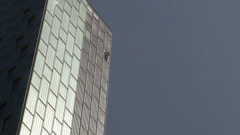 Brit vylezl na barcelonský mrakodrap, jištění neměl