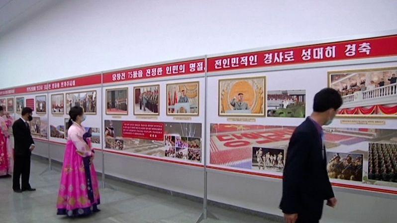 Severokorejský kult osobnosti trvá, v Pchjongjangu vystavili Kimovy fotky