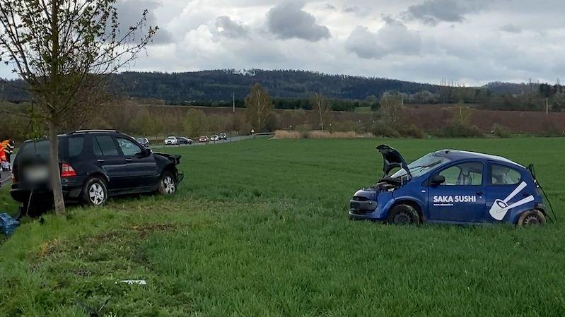 Nehoda dvou aut u Prahy: Vážně zraněného muže transportoval vrtulník
