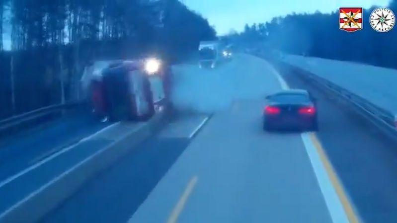 Dálnici D1 zablokoval převrácený kamion s pivem, policie ukázala video