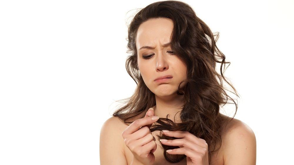 Chyby, které děláme při péči o vlasy. Málo je myjeme, nefénujeme, žehlíme vlhké