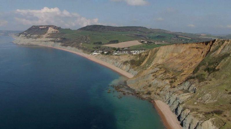 Na Jurském pobřeží v Anglii se zřítil útes do moře