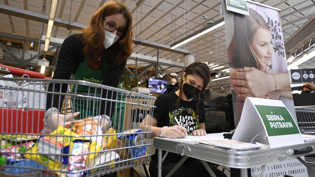 Lidé v sobotu nakupují potraviny pro potřebné, hodí se konzervy i těstoviny