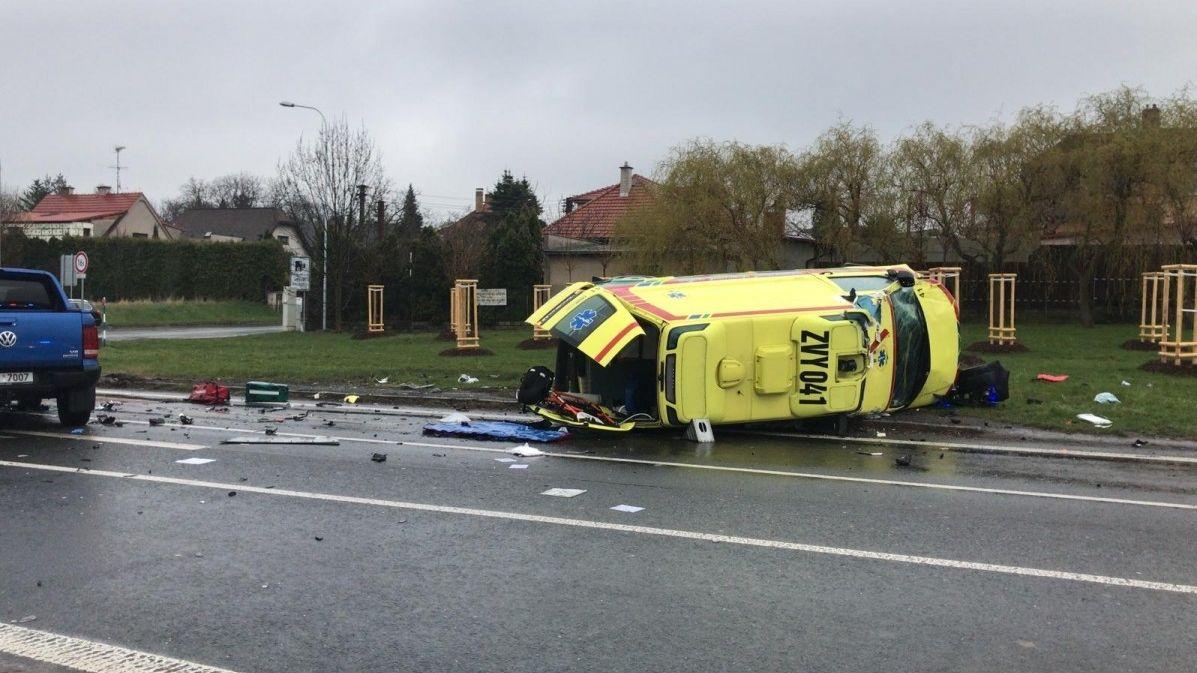 Sanitka skončila na boku po nehodě v obci u Prahy, pět zraněných včetně pacienta