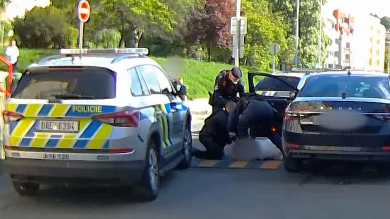 Opilá řidička se v Praze lepila na auto s policistou, skončila v poutech na zemi