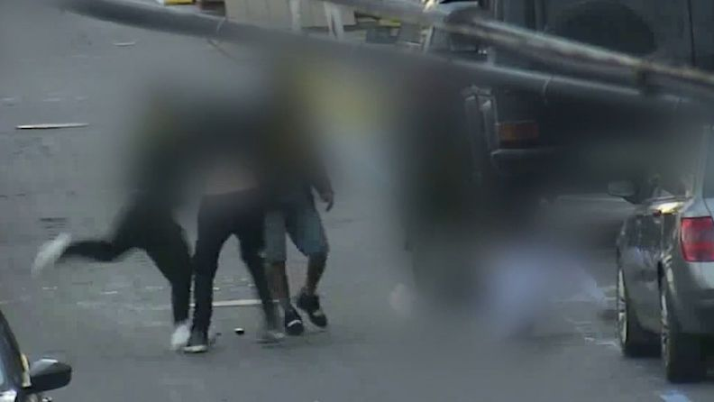 Teenageři napadli v Brně mladíka a vyrazili mu zuby, útok zachytila kamera