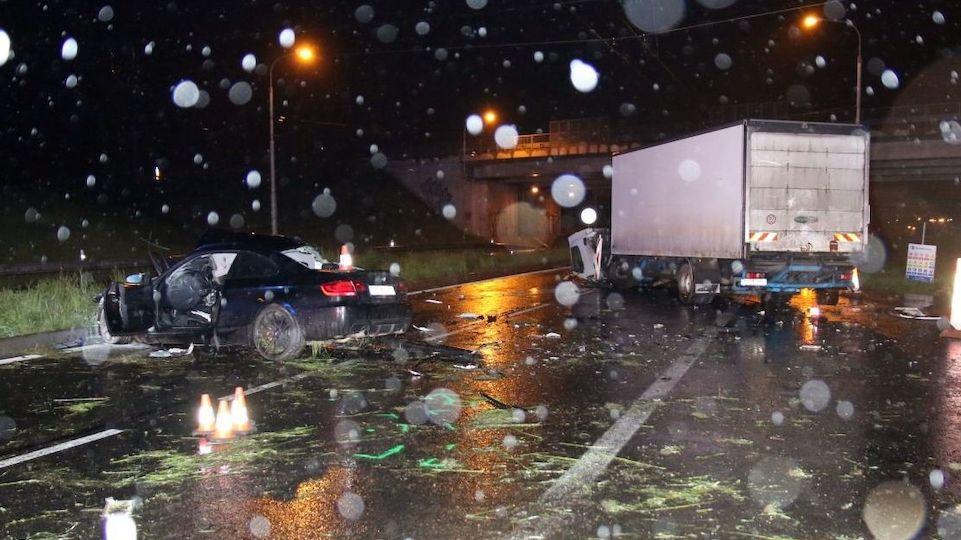 Řidič BMW jel příliš rychle a naboural do nákladního auta. Spolujezdec zemřel