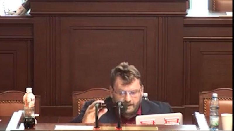 Volný si k řečnickému pultu přinesl židli a hodiny blokoval jednání ve Sněmovně