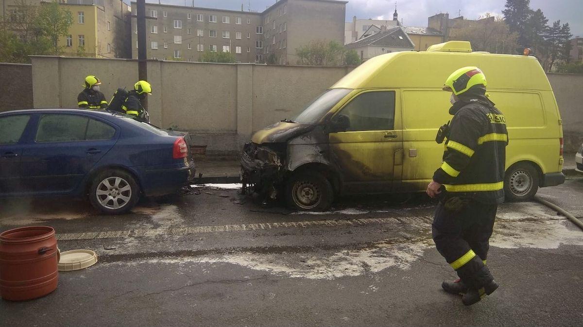 V Opavě hořela dodávka a osobní auto