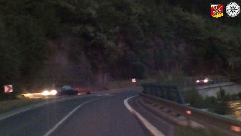 Řidič na Trutnovsku předjížděl v zákazu a rozbil auto o skálu. Zachytila to kamera