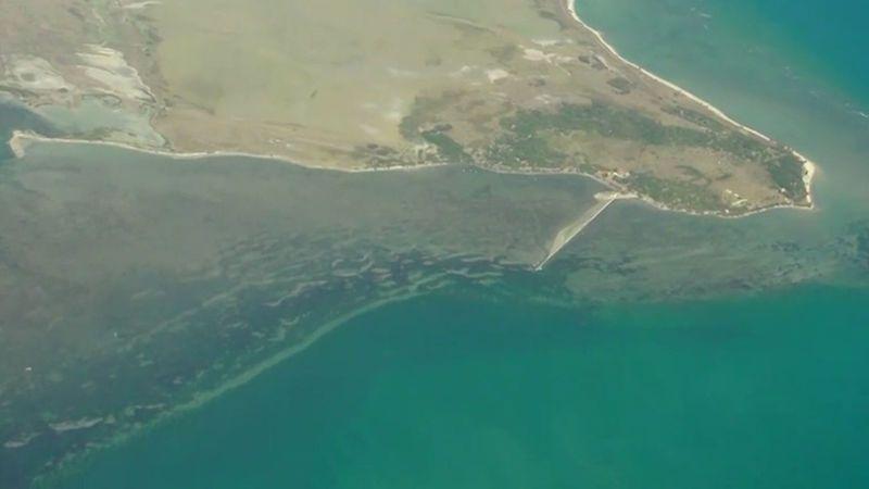 Letecké záběry: Chemikálie z potápějící se lodi zasáhly srílanské pobřeží