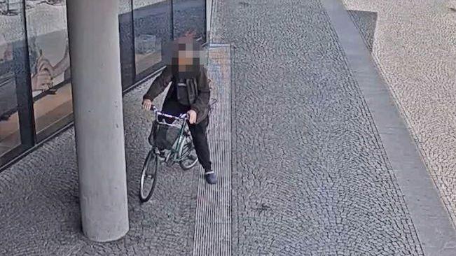 Zpitý cyklista se o kolo už jen opíral, přejít silnici v Hradci ani tak nezvládl