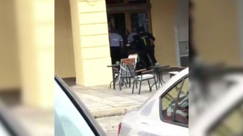 Byl opilý a jen v trenýrkách, rukojmí pořezal střepem, vypověděli svědci z Budějovic