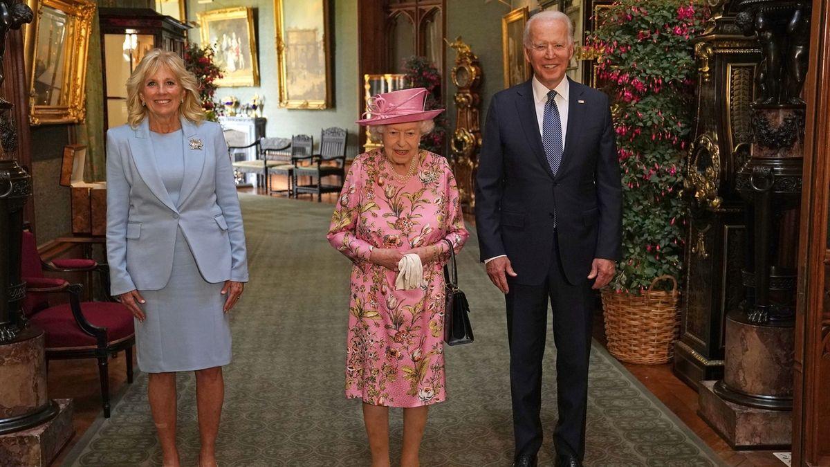Britská královna si spolu s Bidenovými dala čaj