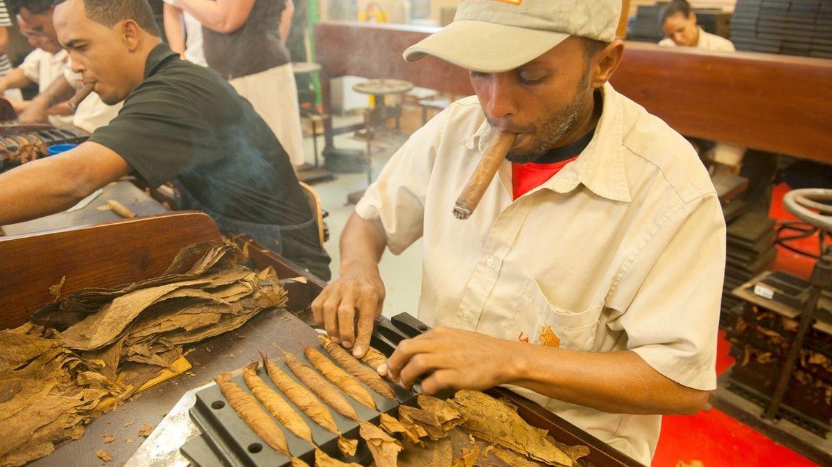 V nejstarší dominikánské manufaktuře na doutníky. Vyrobí jich tu miliony ročně