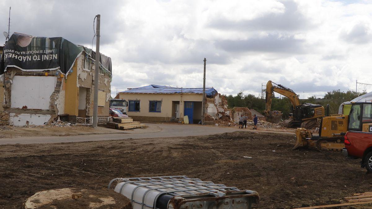 Hasiči dokončují demolice po tornádu, pak z Moravy odjedou