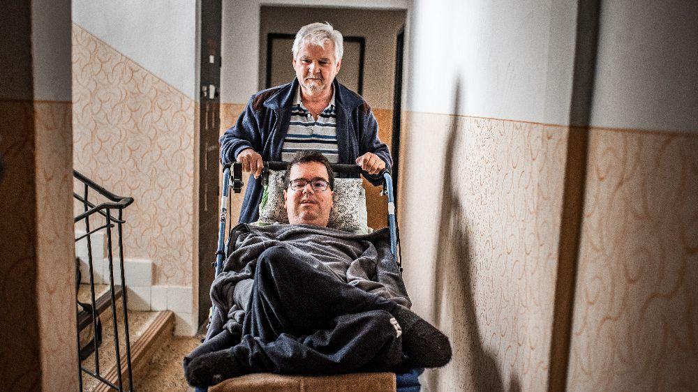 Sám se v 69 letech stará o nemohoucího syna a manželku. Z paneláku je sotva dostane ven, síly docházejí