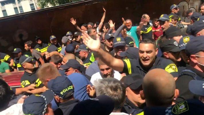 Hon na LGBT v Gruzii. Extremisté zdemolovali kancelář a bili lidi na ulici do krve