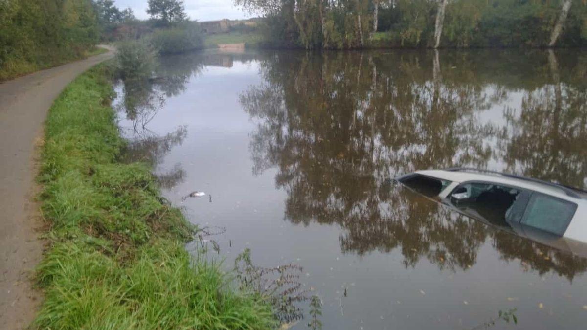 Senior na Strakonicku klesal s autem na dno rybníka. Vytáhli ho pohotoví svědci