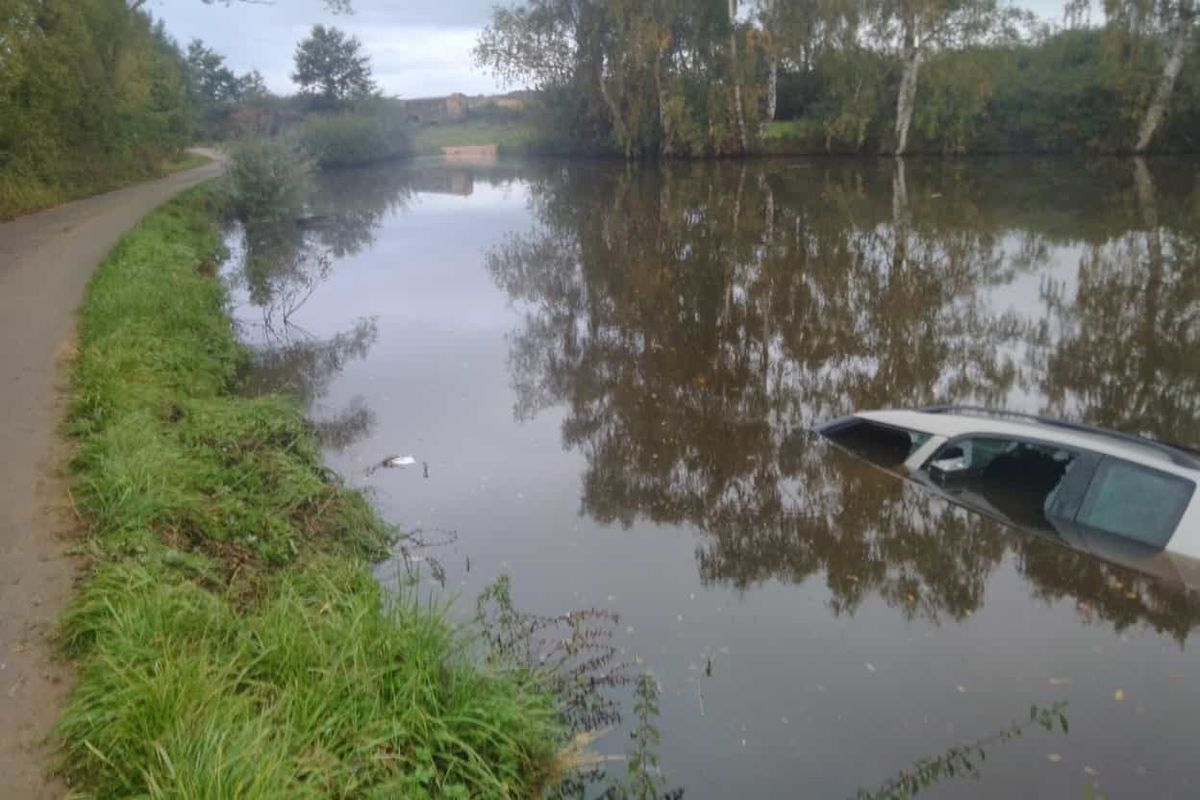 Potopené auto v rybníku