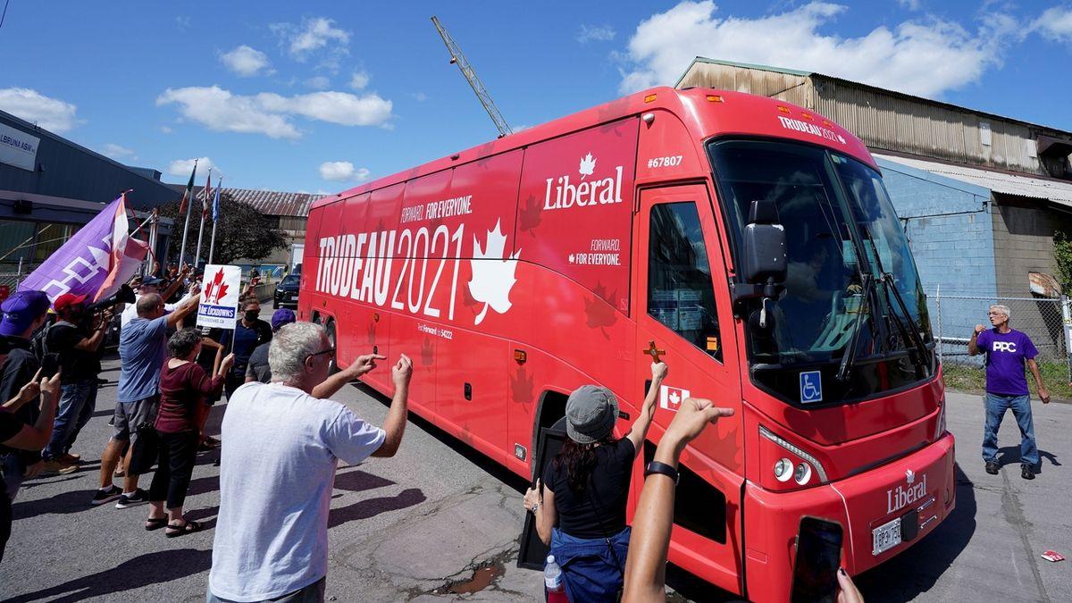 Na kanadského premiéra házeli odpůrci očkování štěrk