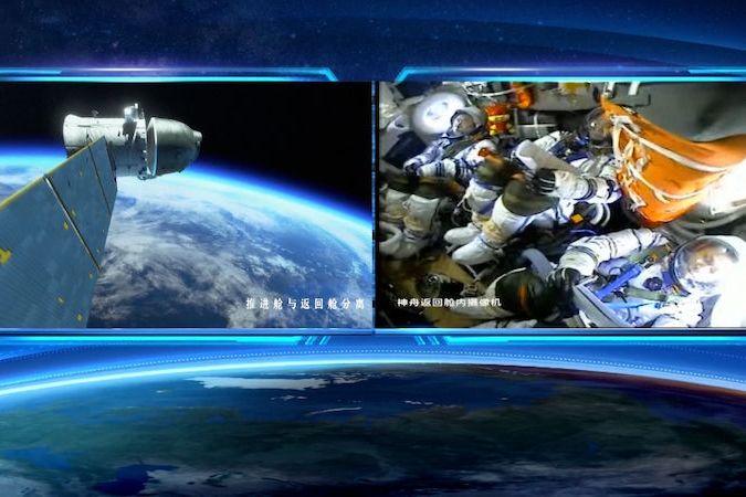 BEZ KOMENTÁŘE: Tři kosmonauti se po 90 dnech na čínské vesmírné stanici bezpečně vrátili na Zemi