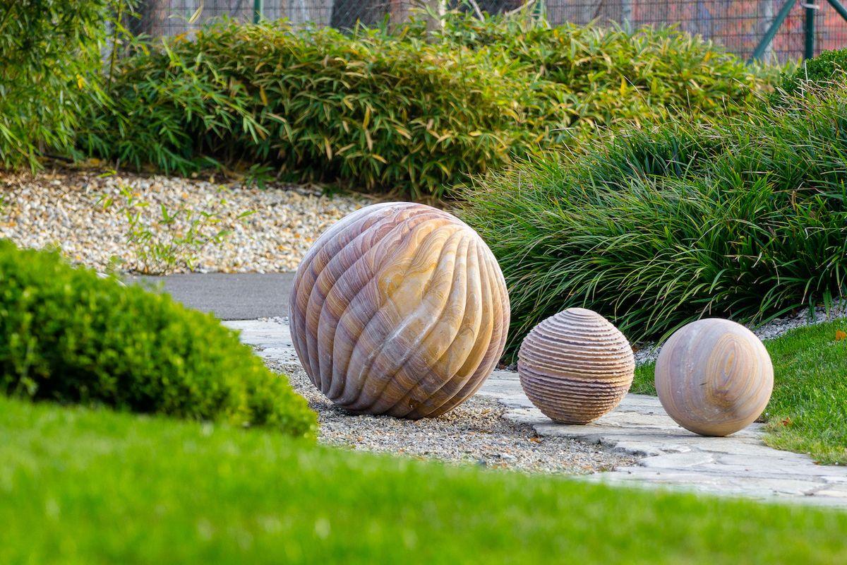 Pískovcové koule odlišných velikostí nabízejí tři varianty povrchu: hladkou, spirálovou a pruhovanou. Cena od 7900 Kč.