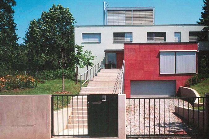 Vila je umístěna na jihozápadním svahu Masarykovy čtvrti s výhledem do pisáreckého údolí.