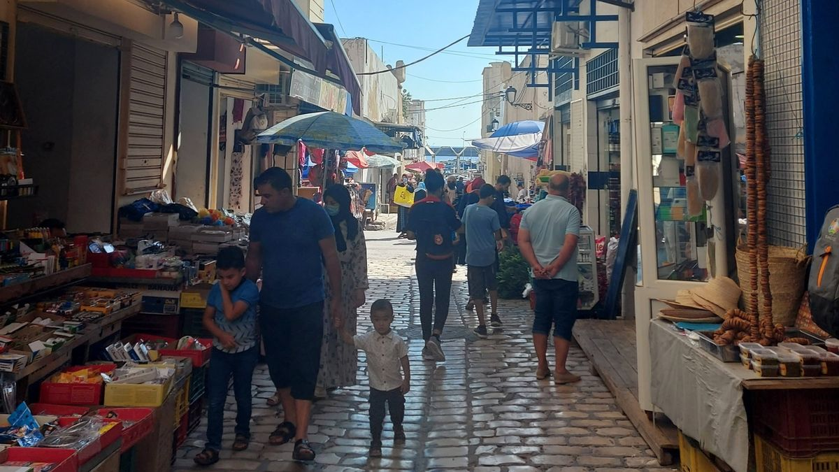 Ulička se stánky v tuniském městě Súsa zeje prázdnotou.